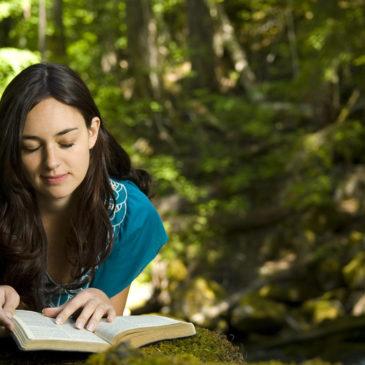 Les démons arrêtent la lecture de la Bible