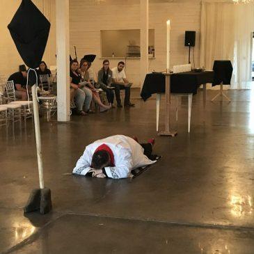 Couché à plat sur le sol, face cachée, est le meilleur culte